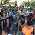 tm_Participantes sentados a la sombra de los arboles